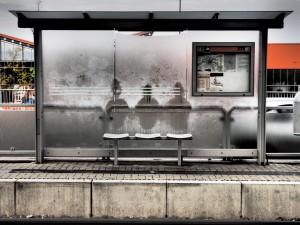 Drei Geisterfahrer warten auf die Linie 5